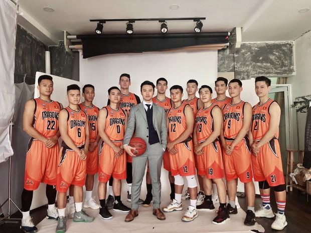 Khi shark Khoa chụp cùng đội tuyển bóng rổ của mình: Quá nhiều trai đẹp trong một khung hình! - Ảnh 2.