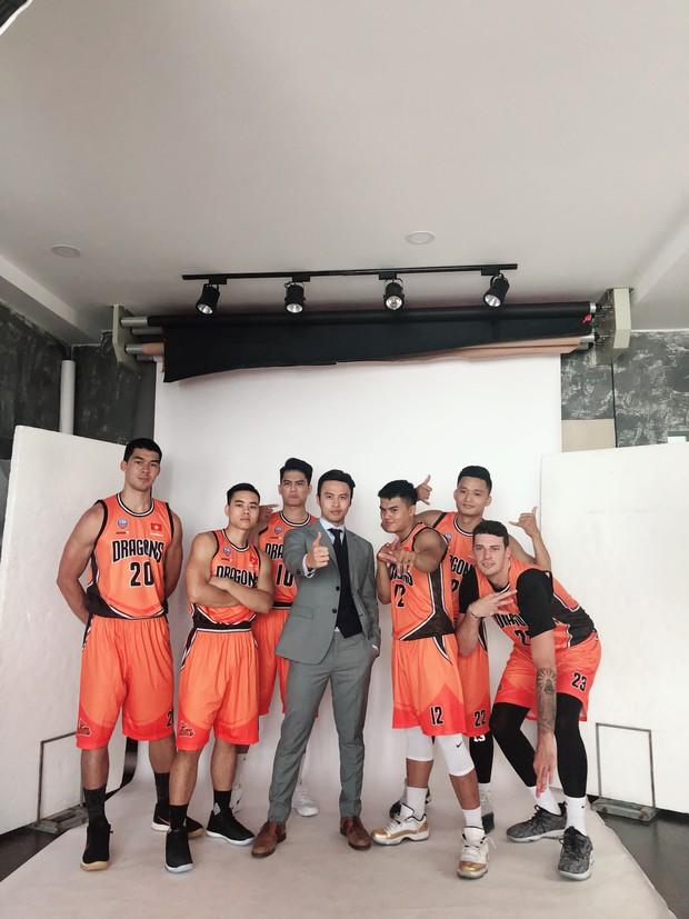 Khi shark Khoa chụp cùng đội tuyển bóng rổ của mình: Quá nhiều trai đẹp trong một khung hình! - Ảnh 3.