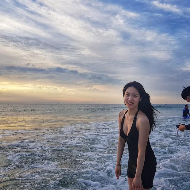 Bị fan Việt khủng bố, Hyoyoung tiếp tục vui vẻ khoe vòng một khủng đầy sexy trên biển Đà Nẵng - Ảnh 1.