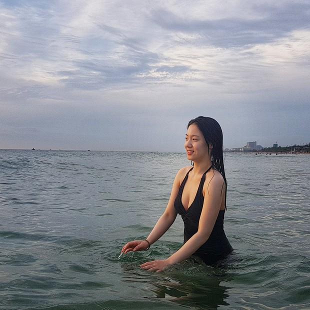 Bị fan Việt khủng bố, Hyoyoung tiếp tục vui vẻ khoe vòng một khủng đầy sexy trên biển Đà Nẵng - Ảnh 2.