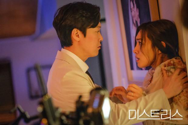 Phim 19+ siêu drama của Han Ga In: Ngập cảnh nóng và ngoại tình, quá hợp cho ai có khẩu vị mặn - Ảnh 3.