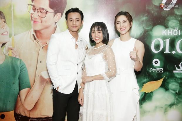 Trang Hý mặc đồ như quý bà sang chảnh, nổi bần bật giữa dàn diễn viên Em Gái Mưa - Ảnh 3.