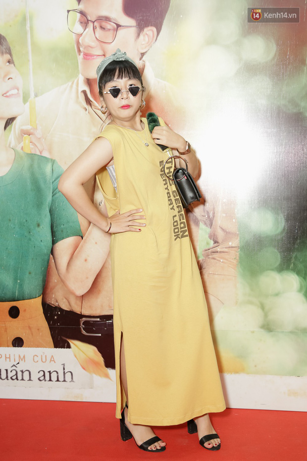 Trang Hý mặc đồ như quý bà sang chảnh, nổi bần bật giữa dàn diễn viên Em Gái Mưa - Ảnh 1.