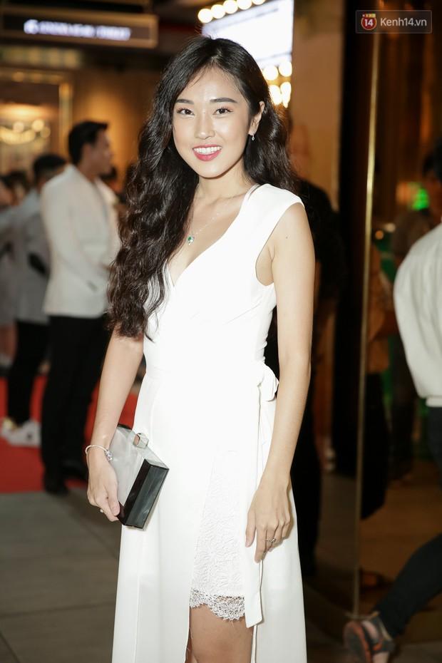 Trang Hý mặc đồ như quý bà sang chảnh, nổi bần bật giữa dàn diễn viên Em Gái Mưa - Ảnh 12.
