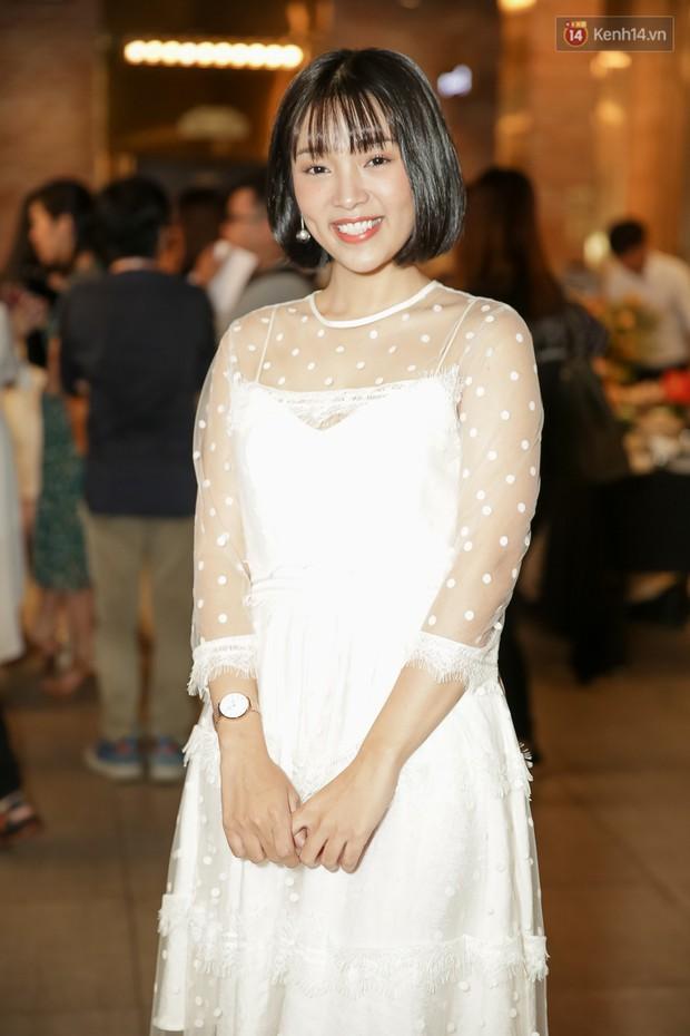 Trang Hý mặc đồ như quý bà sang chảnh, nổi bần bật giữa dàn diễn viên Em Gái Mưa - Ảnh 6.