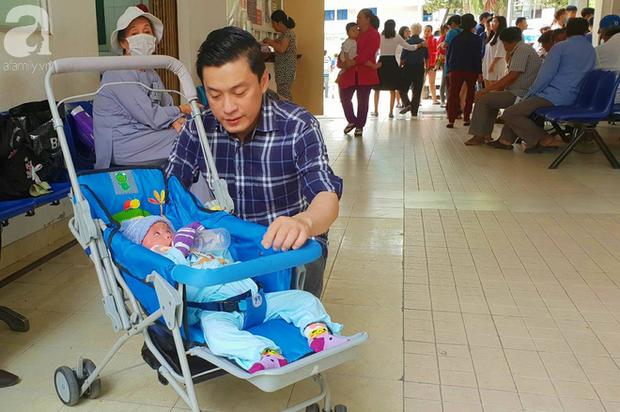 Ca sĩ Lam Trường đến thăm bé Bích - em bé bị vẩy ngứa da trăn trước khi bé nhập viện điều trị - Ảnh 1.