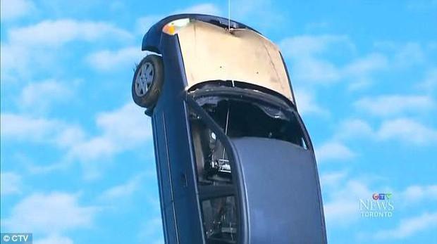 Cảnh sát Toronto đau đầu vì chiếc xe bí ẩn bỗng bị treo ngược dưới gầm cầu mà không rõ nguyên do - Ảnh 2.