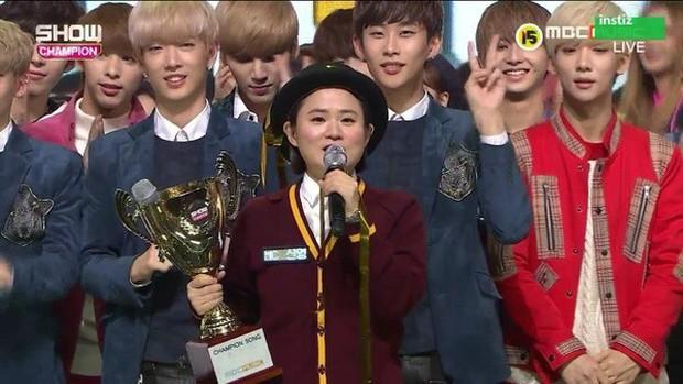 Hội idol vô duyên đệ nhất Kpop: Từ hám fame đến vô lễ với tiền bối trên sân khấu nhận cúp hàng tuần - Ảnh 11.