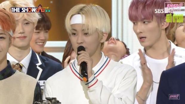 Hội idol vô duyên đệ nhất Kpop: Từ hám fame đến vô lễ với tiền bối trên sân khấu nhận cúp hàng tuần - Ảnh 13.