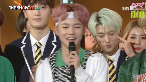 Hội idol vô duyên đệ nhất Kpop: Từ hám fame đến vô lễ với tiền bối trên sân khấu nhận cúp hàng tuần - Ảnh 15.