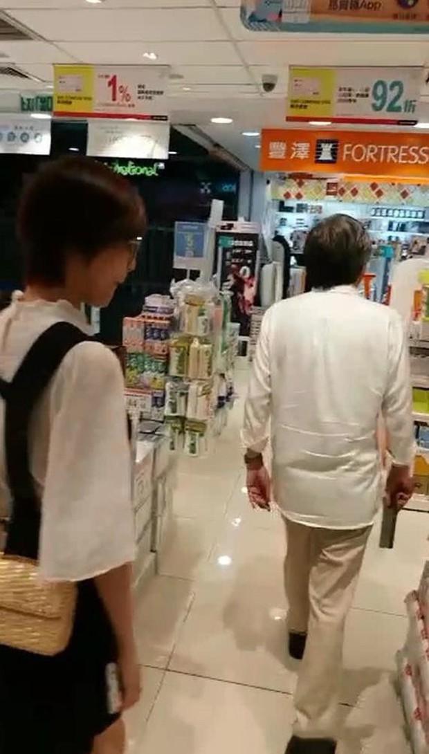 Đạo diễn vướng scandal tấn công tình dục Trịnh Sảng lộ ảnh hẹn hò với mỹ nhân bốc lửa đáng tuổi cháu - Ảnh 2.