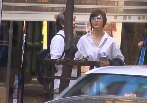 Đạo diễn vướng scandal tấn công tình dục Trịnh Sảng lộ ảnh hẹn hò với mỹ nhân bốc lửa đáng tuổi cháu - Ảnh 1.