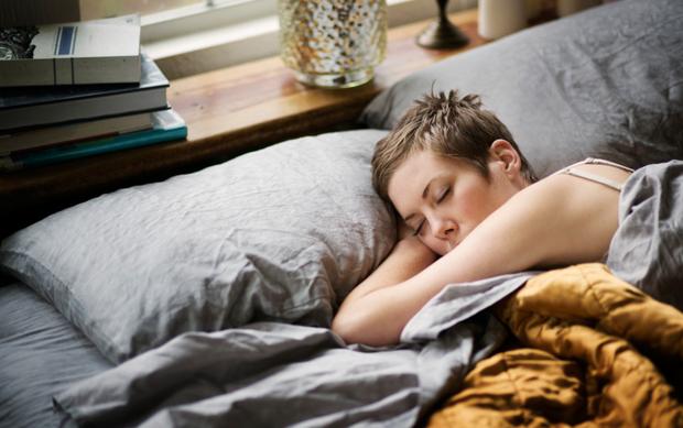 Ngủ trưa dậy thấy đau đầu có thể là do bạn đã phạm phải một số sai lầm sau - Ảnh 1.