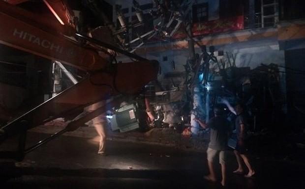 Xe trộn bê tông đâm sập trạm biến áp khiến toàn đảo Cát Bà mất điện, 3 người thương vong - Ảnh 1.