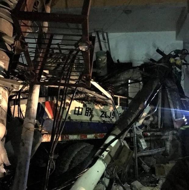 Xe trộn bê tông đâm sập trạm biến áp khiến toàn đảo Cát Bà mất điện, 3 người thương vong - Ảnh 2.