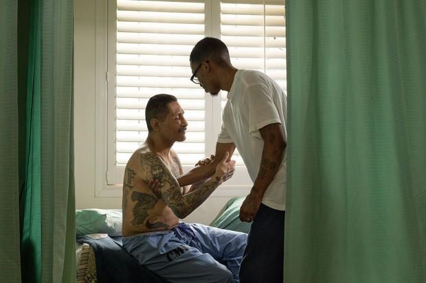 Chuyện cảm động sau song sắt trại giam Mỹ: Những tù nhân chuyên chăm sóc vỗ về người hấp hối - Ảnh 1.