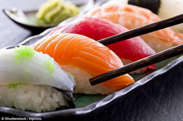 Tình trạng sushi bẩn ở Mỹ và Úc: 8 con giun bò trên một thớ cá, người ăn vào nhiễm sán dây dài tới 1,5m - Ảnh 5.
