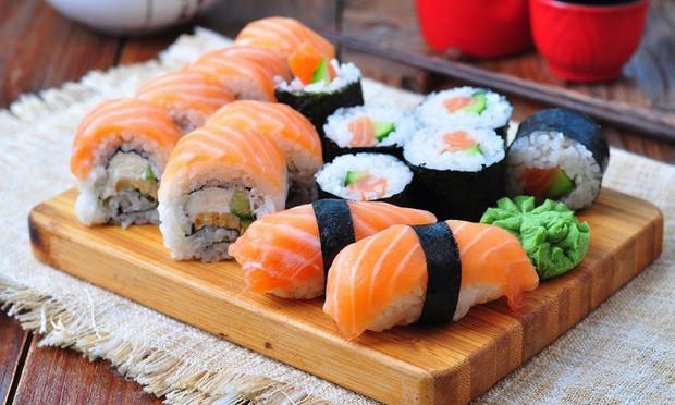Tình trạng sushi bẩn ở Mỹ và Úc: 8 con giun bò trên một thớ cá, người ăn vào nhiễm sán dây dài tới 1,5m - Ảnh 1.