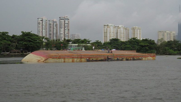 Sà lan lật úp khi đang đi trục vớt cát trên sông Sài Gòn - Ảnh 1.