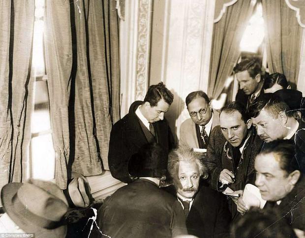 Những bức ảnh tuổi thơ ít người biết của thiên tài vĩ đại bậc nhất thế giới Albert Einstein  - Ảnh 3.