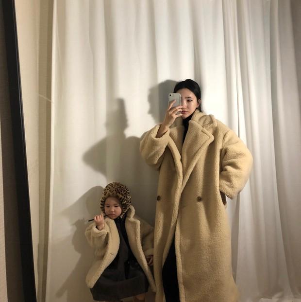 Diện đồ làm mẫu cho mẹ chụp ảnh bán hàng online, cô bé bỗng nổi tiếng với thần thái không ai bì kịp - Ảnh 9.