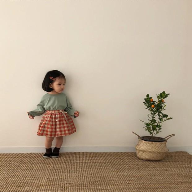 Diện đồ làm mẫu cho mẹ chụp ảnh bán hàng online, cô bé bỗng nổi tiếng với thần thái không ai bì kịp - Ảnh 5.