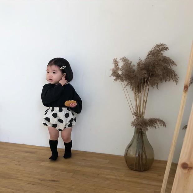 Diện đồ làm mẫu cho mẹ chụp ảnh bán hàng online, cô bé bỗng nổi tiếng với thần thái không ai bì kịp - Ảnh 6.