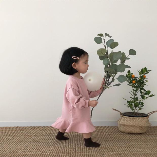 Diện đồ làm mẫu cho mẹ chụp ảnh bán hàng online, cô bé bỗng nổi tiếng với thần thái không ai bì kịp - Ảnh 4.