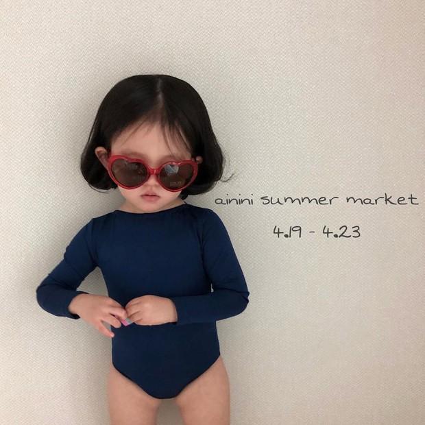 Diện đồ làm mẫu cho mẹ chụp ảnh bán hàng online, cô bé bỗng nổi tiếng với thần thái không ai bì kịp - Ảnh 1.