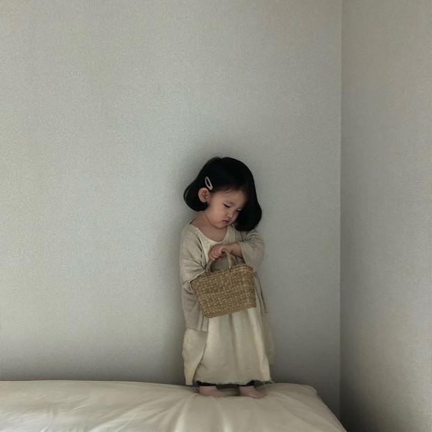 Diện đồ làm mẫu cho mẹ chụp ảnh bán hàng online, cô bé bỗng nổi tiếng với thần thái không ai bì kịp - Ảnh 7.