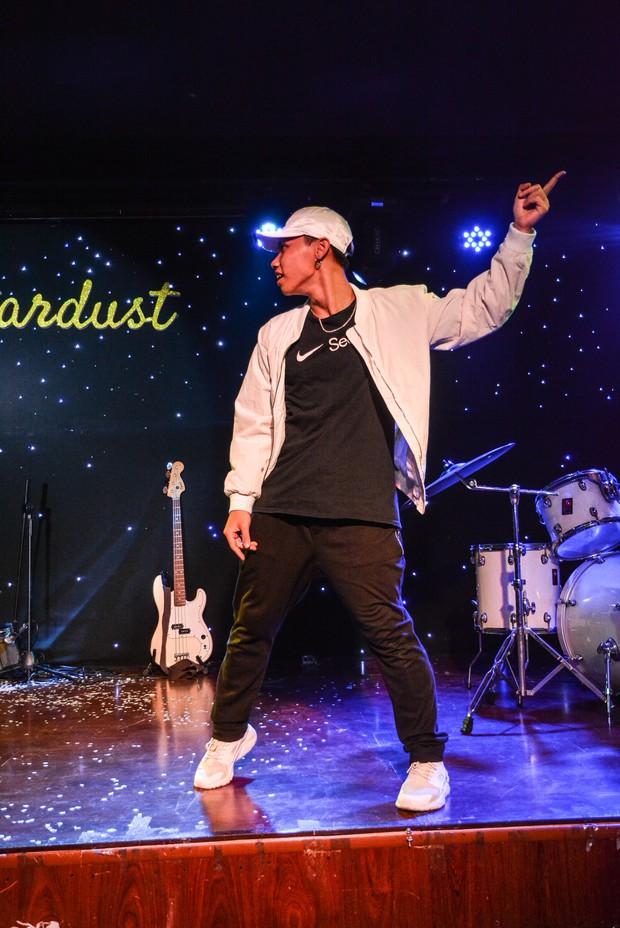 Sinh viên trường Báo cháy hết mình trong đêm nhạc truyền cảm hứng với thánh thả thính Osad, ca sĩ indie Huy Lê - Ảnh 3.