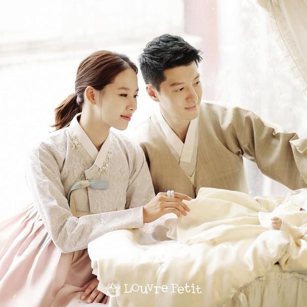 Chỉ với bức ảnh đầu tiên bên con đầu lòng, vợ chồng con ghẻ Lee Dong Gun đã thay đổi cách nhìn của công chúng - Ảnh 1.