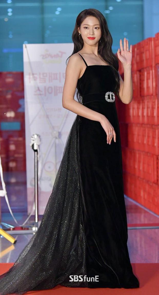 Suzy, Son Ye Jin vẫn là tâm điểm của thảm đỏ Baeksang cho đến khi Seolhyun diện đầm 400 triệu như bà hoàng - Ảnh 4.