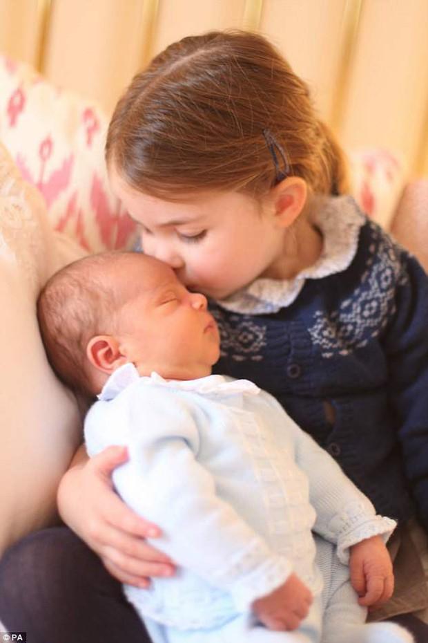 Hé lộ những hình ảnh mới tuyệt đẹp của Hoàng tử Louis do chính công nương Kate chụp - Ảnh 1.