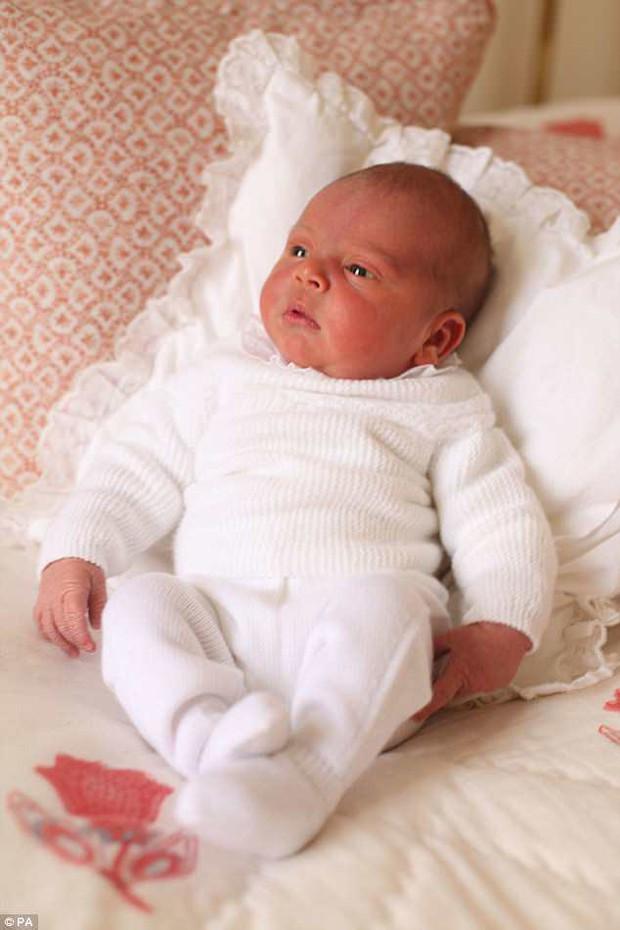 Hé lộ những hình ảnh mới tuyệt đẹp của Hoàng tử Louis do chính công nương Kate chụp - Ảnh 2.