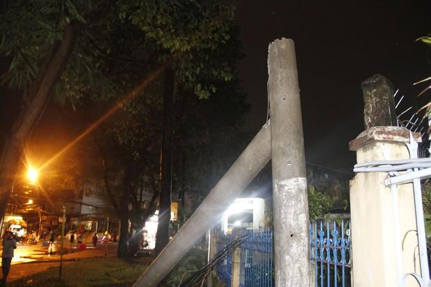 Mưa lớn kèm gió lốc khiến cây cổ thụ ngã đổ kéo gãy cột điện, hàng trăm người dân Sài Gòn sống trong bóng tối - Ảnh 1.