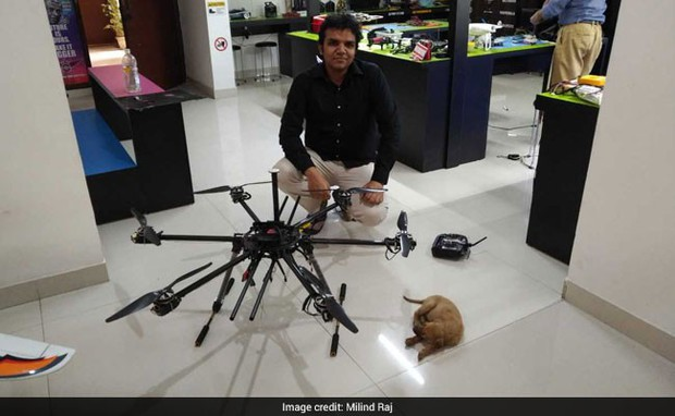 Thấy cún con 2 ngày chờ chết dưới cống bẩn, kỹ sư Ấn Độ chế luôn robot gắp thú để giải cứu - Ảnh 2.