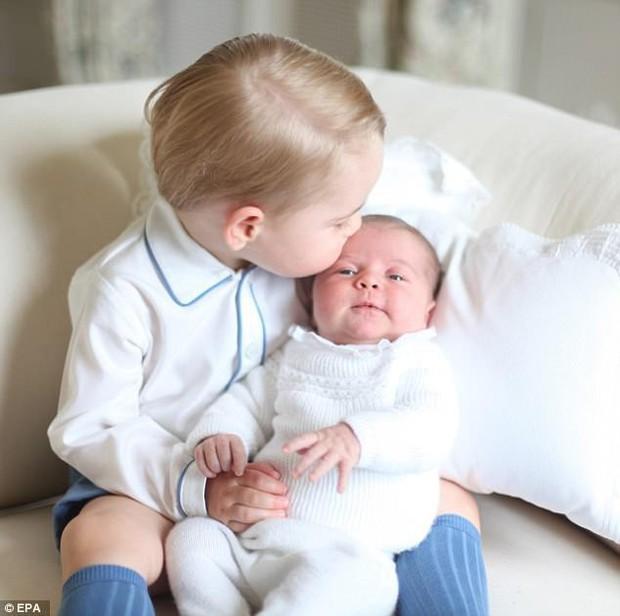 Hé lộ những hình ảnh mới tuyệt đẹp của Hoàng tử Louis do chính công nương Kate chụp - Ảnh 3.