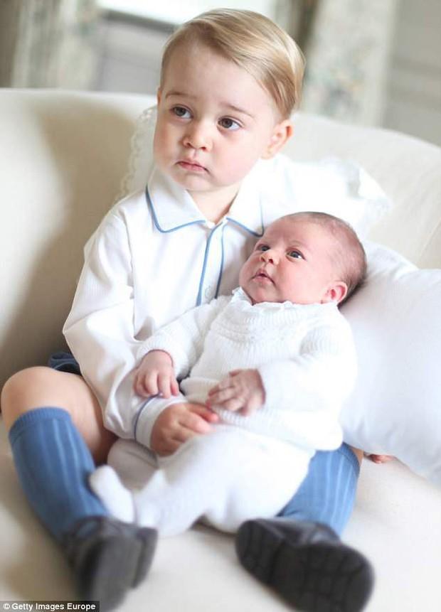 Hé lộ những hình ảnh mới tuyệt đẹp của Hoàng tử Louis do chính công nương Kate chụp - Ảnh 4.