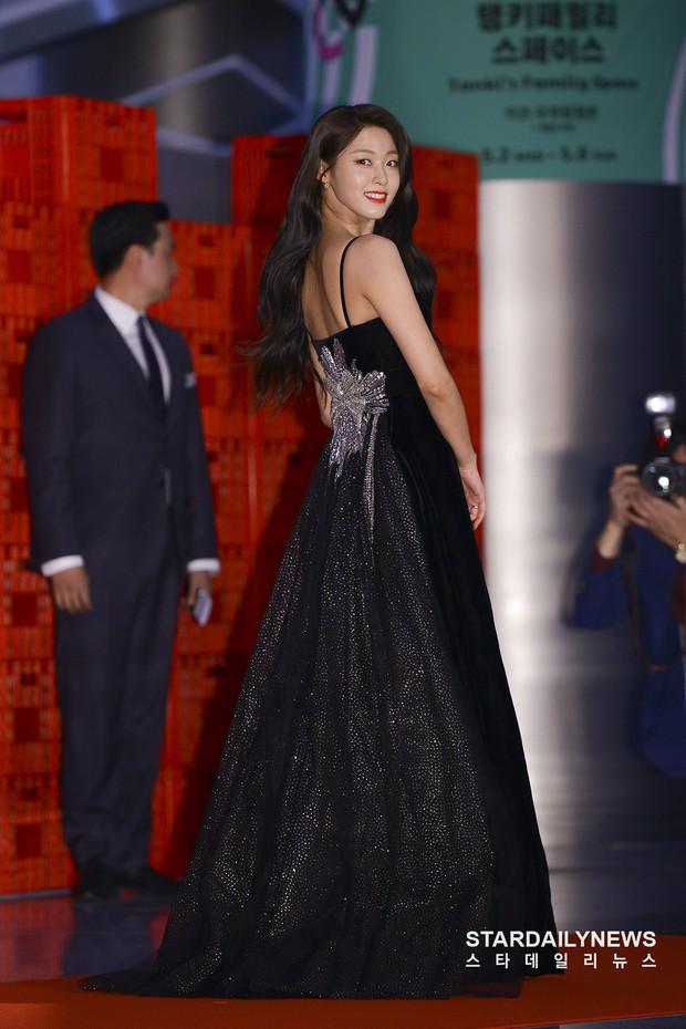 Suzy, Son Ye Jin vẫn là tâm điểm của thảm đỏ Baeksang cho đến khi Seolhyun diện đầm 400 triệu như bà hoàng - Ảnh 5.