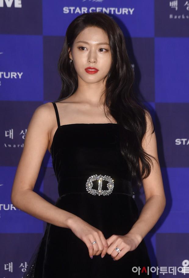 Suzy, Son Ye Jin vẫn là tâm điểm của thảm đỏ Baeksang cho đến khi Seolhyun diện đầm 400 triệu như bà hoàng - Ảnh 6.