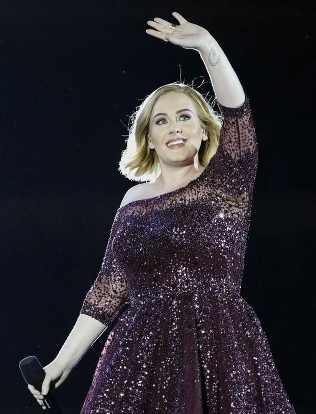 Adele tổ chức sinh nhật phong cách Titanic, nhưng đáng chú ý là body cô thon gọn bất ngờ - Ảnh 2.