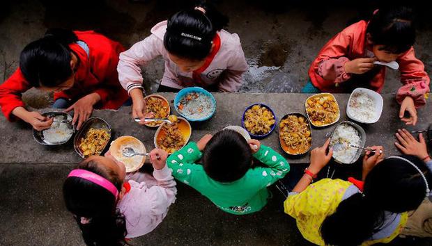 Bữa cơm trưa của lũ con nít vòng quanh thế giới - Ảnh 1.