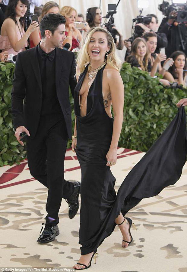 Hở ngực táo bạo tại Met Gala, Miley Cyrus làm ai cũng hồi hộp dõi theo từng bước chân - Ảnh 1.