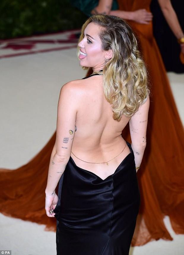 Hở ngực táo bạo tại Met Gala, Miley Cyrus làm ai cũng hồi hộp dõi theo từng bước chân - Ảnh 5.