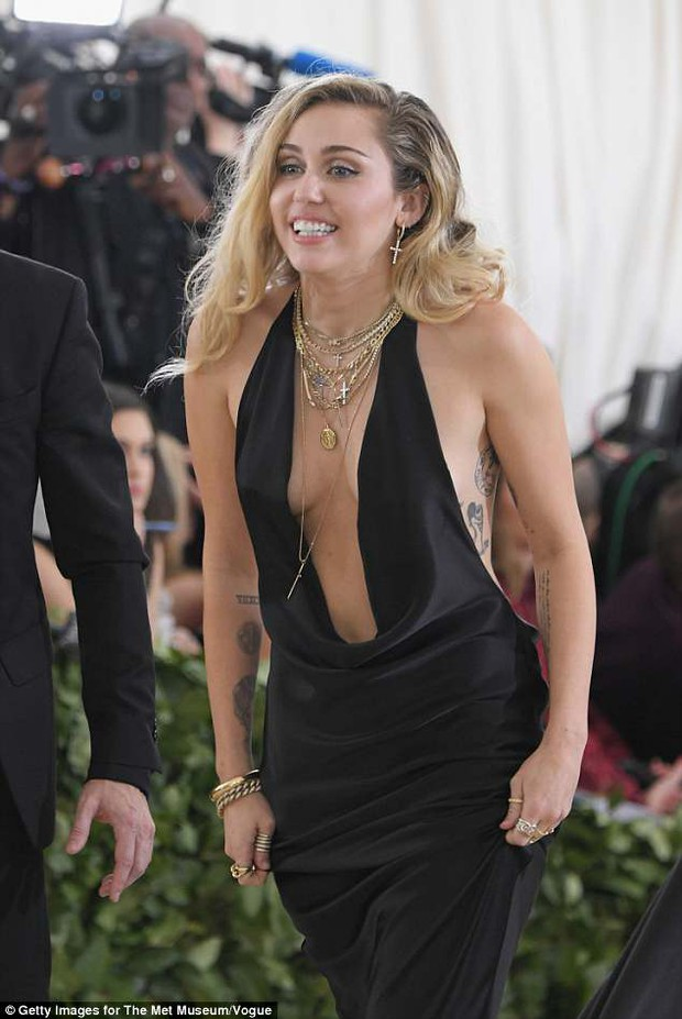 Hở ngực táo bạo tại Met Gala, Miley Cyrus làm ai cũng hồi hộp dõi theo từng bước chân - Ảnh 6.