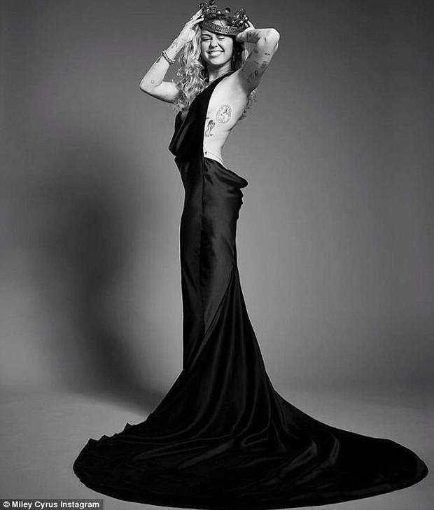 Hở ngực táo bạo tại Met Gala, Miley Cyrus làm ai cũng hồi hộp dõi theo từng bước chân - Ảnh 10.