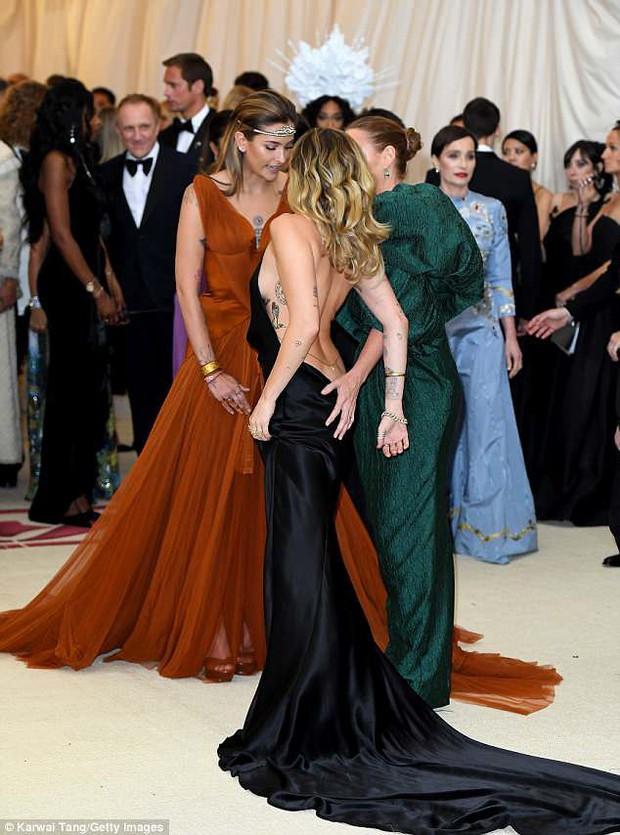 Hở ngực táo bạo tại Met Gala, Miley Cyrus làm ai cũng hồi hộp dõi theo từng bước chân - Ảnh 7.