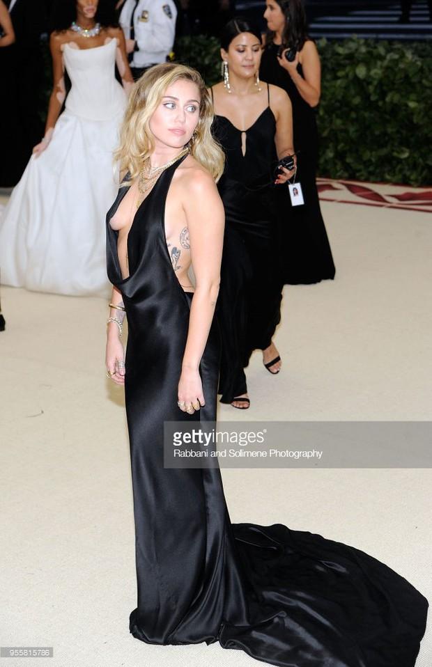 Hở ngực táo bạo tại Met Gala, Miley Cyrus làm ai cũng hồi hộp dõi theo từng bước chân - Ảnh 2.