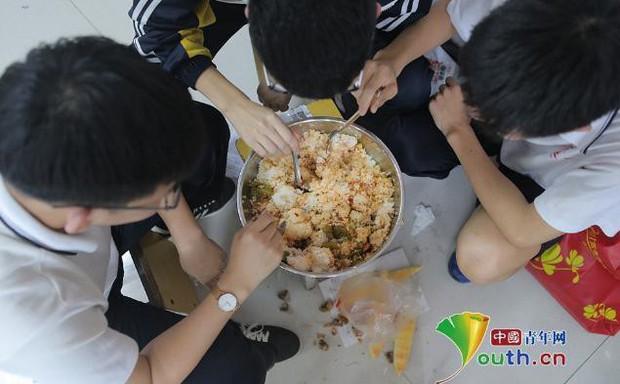 Thắp nến ôn thi ngày đêm, học sinh Trung Quốc đang đánh vật với kỳ thi đại học khốc liệt nhất thế giới - Ảnh 4.